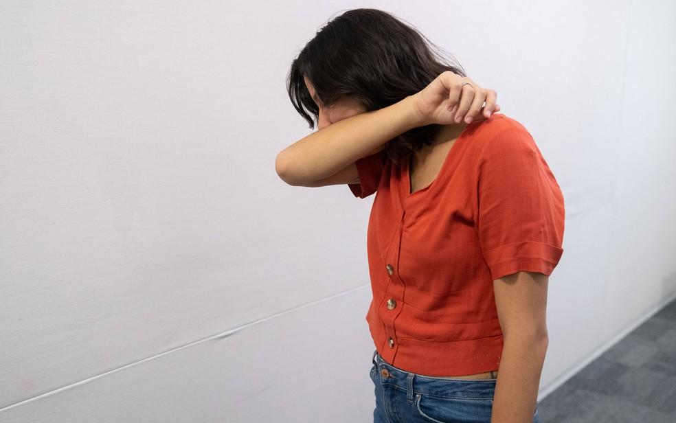 Forma correta de tossir, levando a boca ao antebraço — Foto: Marcelo Brandt/G1