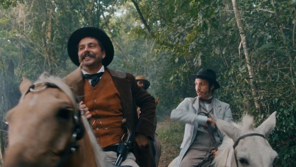 Tonico (Alexandre Nero) e Nélio (João Pedro Zappa) armam contra Coronel Floriano (Lucci Ferreira) 'Nos Tempos do Imperador' — Foto: Globo