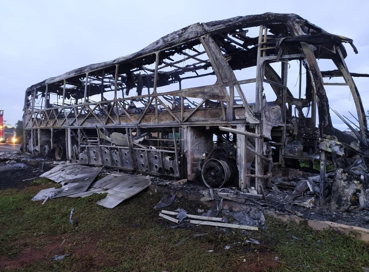 Ônibus vira 'carcaça' após incêndio na BR-163 e 42 passageiros saem ilesos em MS; veja o vídeo