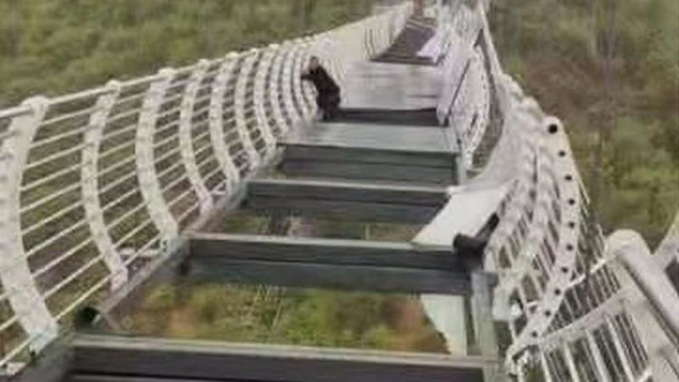 Ventos chegaram a 150 km/h, derrubando placas de vidro em ponte na montanha de Piyan — Foto: Reprodução via BBC