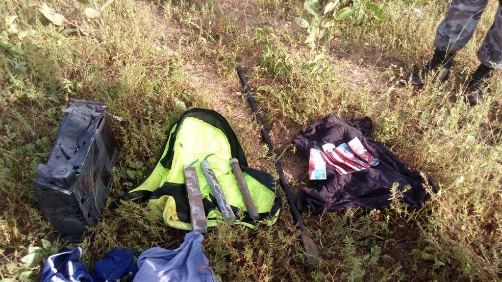 Dinheiro e explosivos foram encontrados em matagal (Foto: Divulgação/Polícia Militar do Piauí)