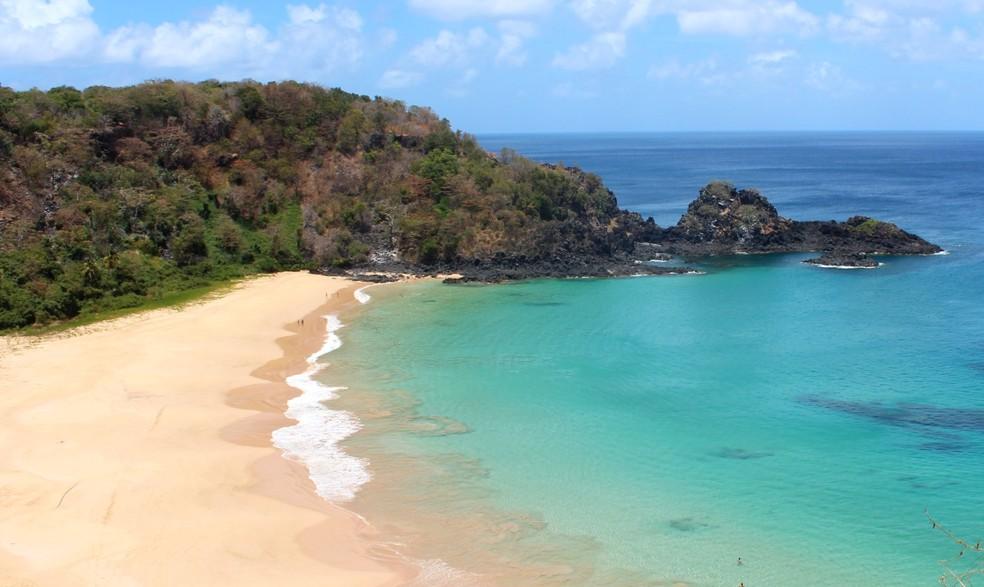 Os contratados vão trabalhar em locais como a  Praia do Sancho, que  faz parte do Parque Nacional Marinho — Foto: Ana Clara Marinho/TV Globo