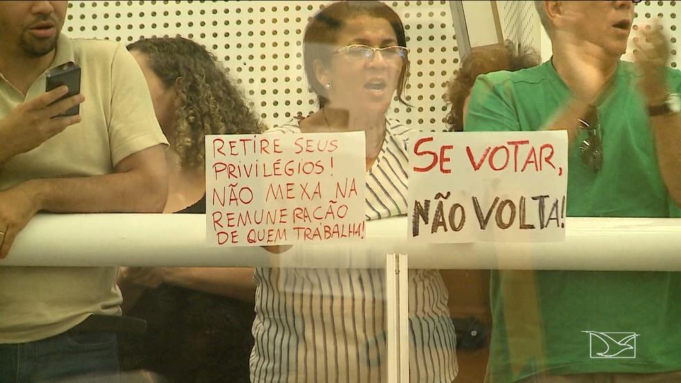 -  Professores protestaram a respeito da medida provisória que muda forma de pagamento de reajustes na categoria  Foto: Reprodução/TV Mirante
