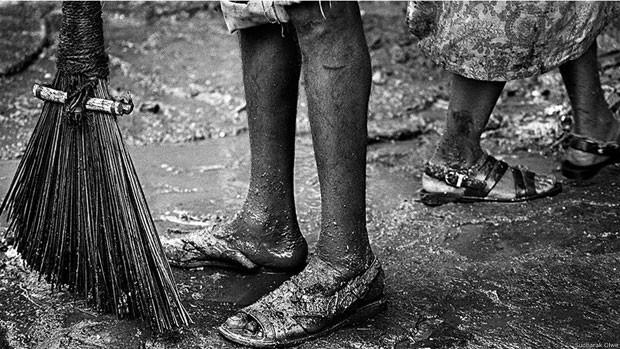 Todos os varredores pertencem à casta dos dalits, antes conhecidos como intocáveis. Eles coletam o lixo, varrem as ruas, limpam calhas, enchem e esvaziam caminhões e atuam nos aterros (Foto: Sudharak Olwe)