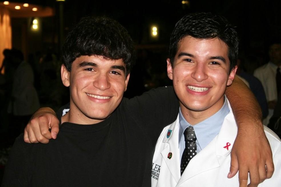 Salinas, quando estava na faculdade de Medicina, e seu irmão (Foto: Arquivo pessoal)