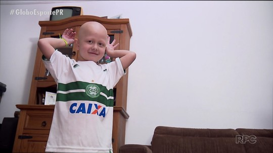 Mini torcedor contraria pais atleticanos, se encanta com o Coritiba e ganha recado de Wilson
