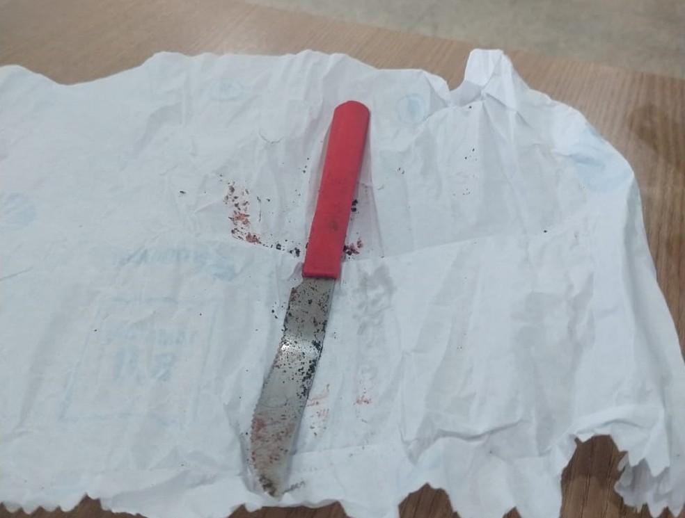 Faca encontrada em terreno de Ariquemes (RO), PM acredita que ela pode ser arma usada para matar o farmacêutico Fábio Cicotti — Foto: Jeferson Sanches/190urgente