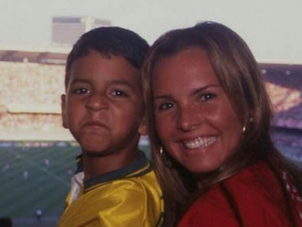 Alexandre quando menino e a mãe, Cristina Mortágua, no Maracanã (Foto: Reprodução Instagram)