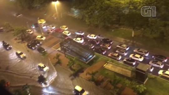 Chove forte na Zona Sul do Rio na noite deste sábado (16)