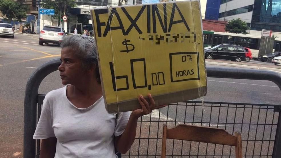Rosana da Silva exibe um pedido de emprego todos os dias na Vila Mariana, bairro da zona sul de São Paulo. (Foto: Leandro Machado/BBC Brasil )