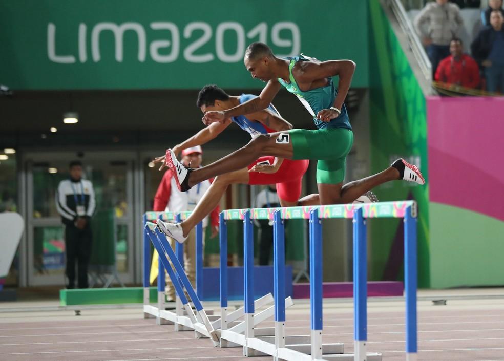 Alison durante a final dos 400m com barreiras — Foto: Henry Romero/Reuters