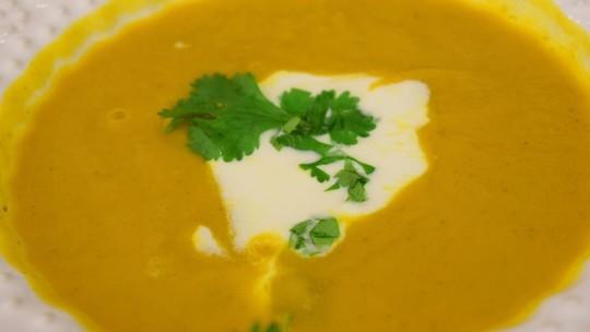 Confira a receita fácil de sopa de cenoura com curry