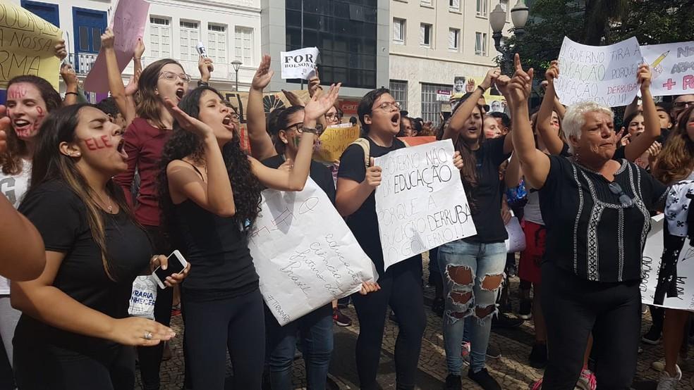 Estudantes fazem manifestação em Campinas contra corte de verbas da Educação. — Foto: Luciano Calafiori/G1
