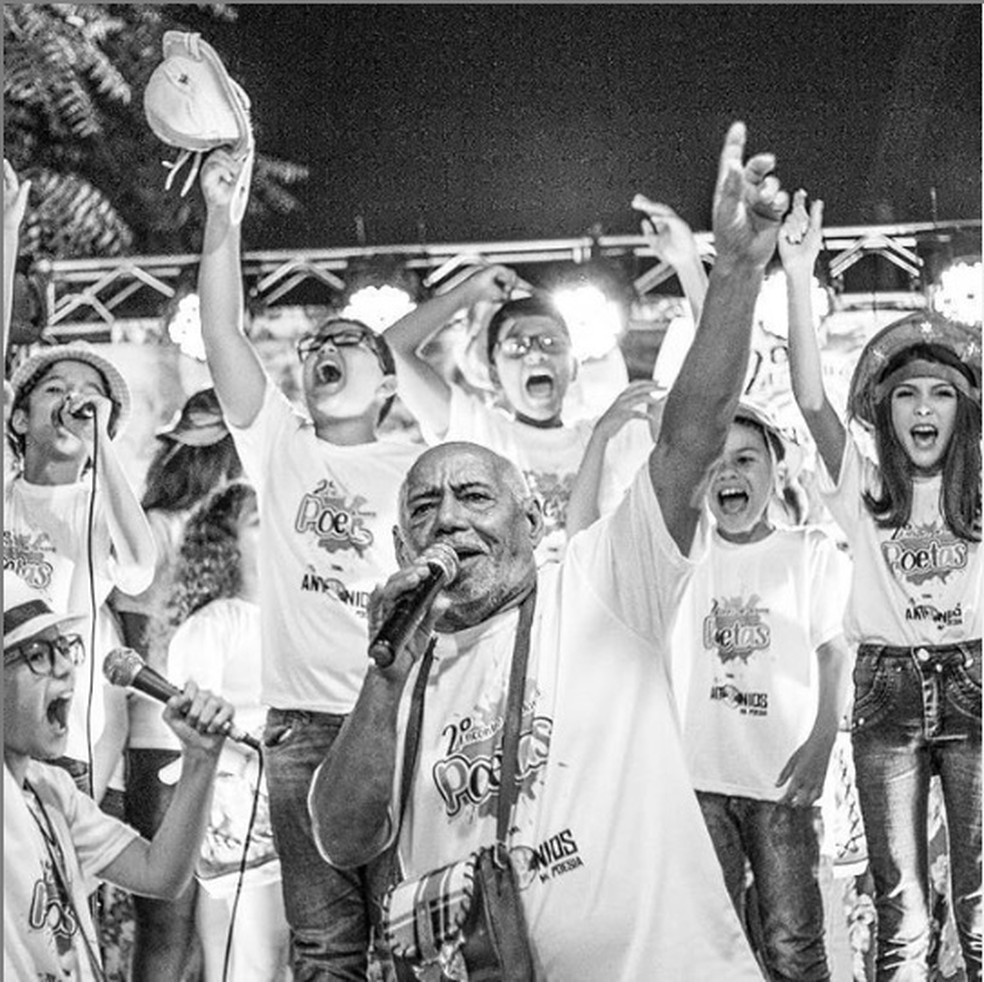Poeta Antônio Francisco com as crianças que o homenagearam no Segundo Encontro de Jovens Poetas, no RN  — Foto: Divulgação