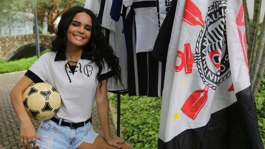 Carol Macedo fala de sua paixão pelo Corinthians e topa desafio de embaixadinha; veja vídeo
