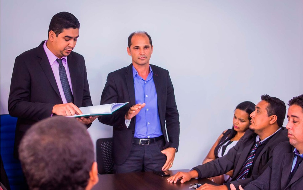 Carlos Lero (de terno e blusa azul) tomou posse da prefeitura de Santa Cruz Cabrália nesta quarta-feira (8) (Foto: Divulgação/Prefeitura de Santa Crus Cabrália)