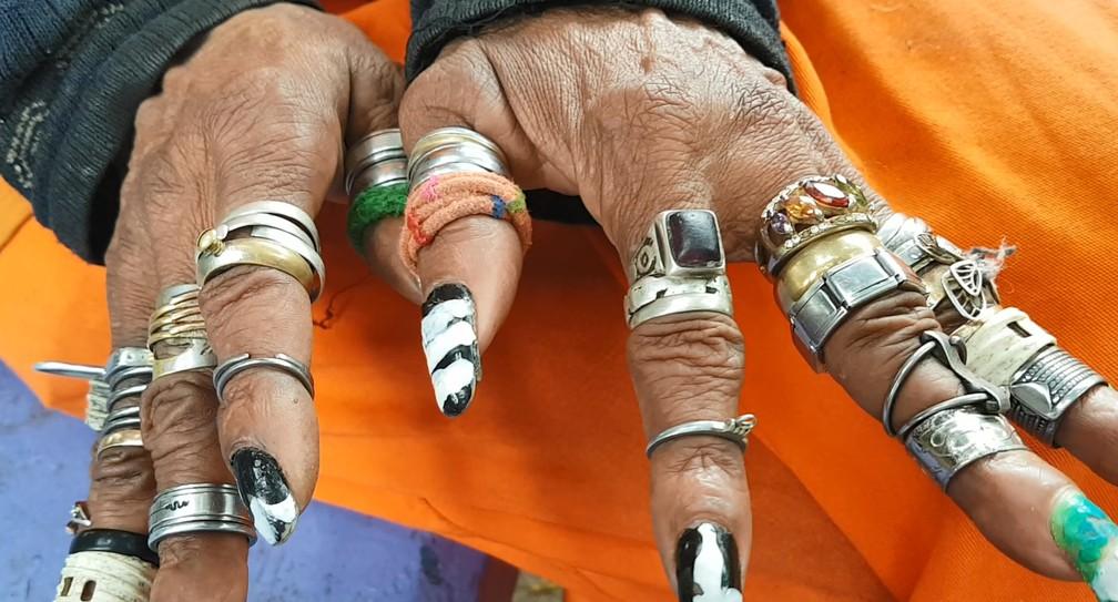 Além dos piercings, gari usa vários aneis nas mãos. — Foto: Pedro Ângelo/G1