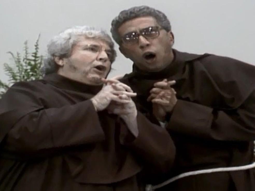 Jô Soares e Paulo Silvino interpretam de São Cosme e Damião no 'Viva O Gordo', nos anos 1980 — Foto: Reprodução/Globo
