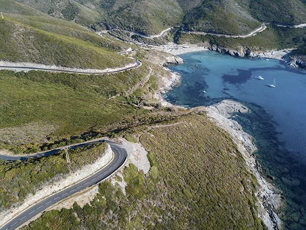 Curvas fechadas no litoral da Córsega (Foto: Divulgação)