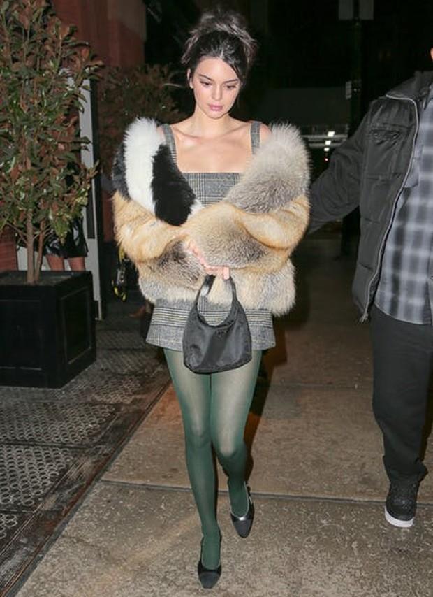 Kendall Jenner com meia calça verde oliva (Foto: Reprodução / Pinterest)