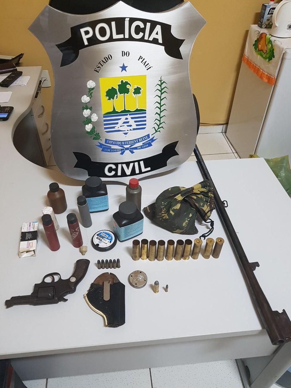 Polícia apreendeu armas e munições e prendeu três pessoas (Foto: Divulgação/Polícia Civil)