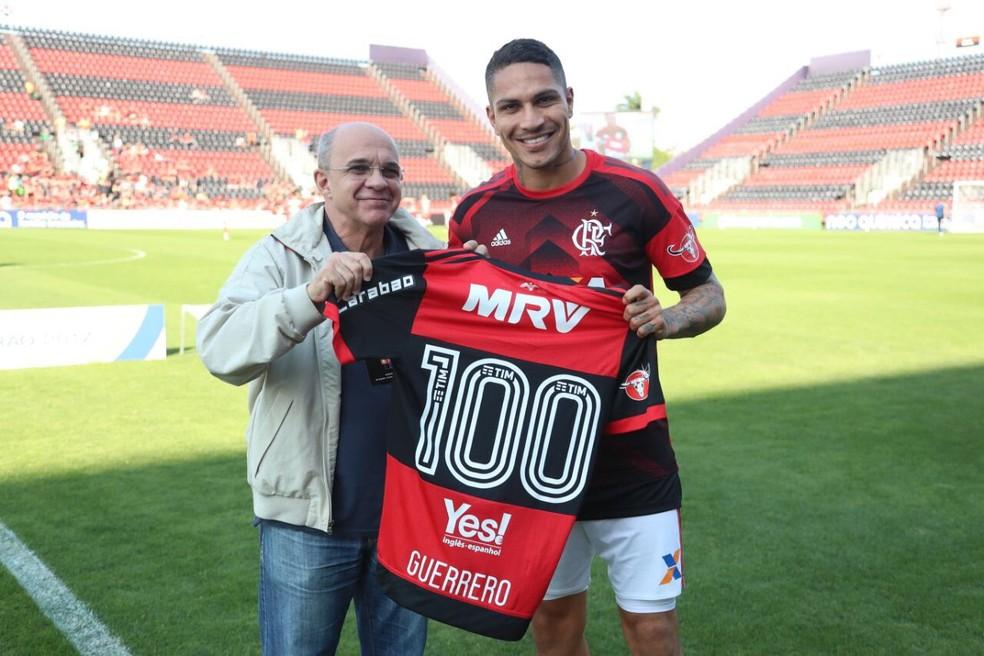 Guerrero e Bandeira de Mello Flamengo 100 jogos: boa relação gerou última tentativa de acordo (Foto: Gilvan de Souza/Flamengo)