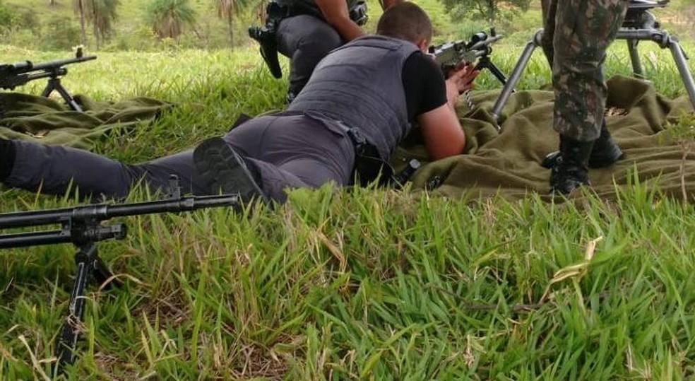 Treinamento foi realizado por PMs com fuzis e metralhadoras do Exército no interior de SP para proteção de presídios — Foto: J. Serafim / Divulgação
