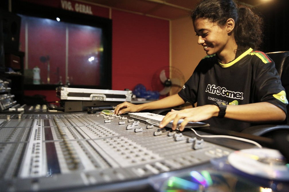 Mariana Menezes em estúdio de som do AfroReggae — Foto: Jorge Soares/G1
