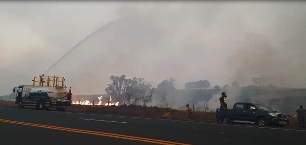 Fogo voltou a consumir uma área rural em Oriente (SP) nesta terça-feira (7)  — Foto: Anderson Camargo/TV TEM