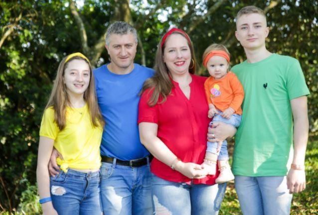 Mãe intubada por causa da Covid um dia após dar à luz trigêmeos espera por alta dos bebês: 'Só faltam eles'