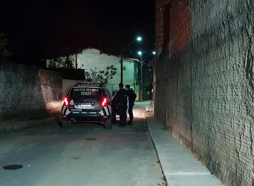Cabeleireiro é morto por homens de moto na calçada de uma casa em Caucaia. — Foto: Rafaela Duarte/ SVM
