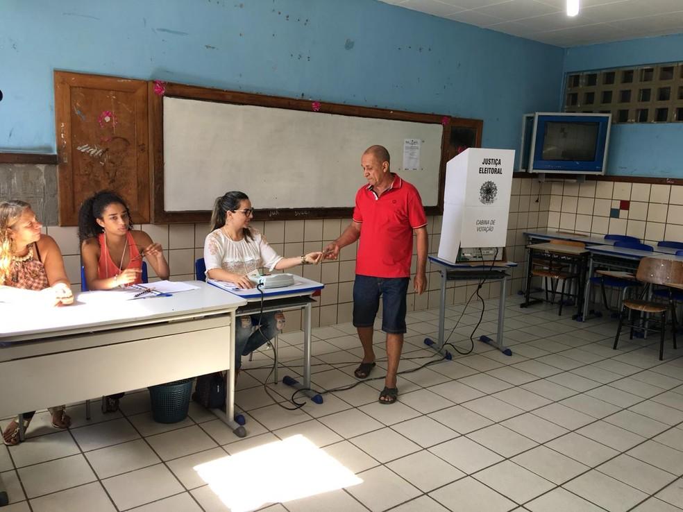 Início de votação tranquila no Colégio Rui Barbosa, em Juazeiro — Foto: João Brabosa/TV São Francisco