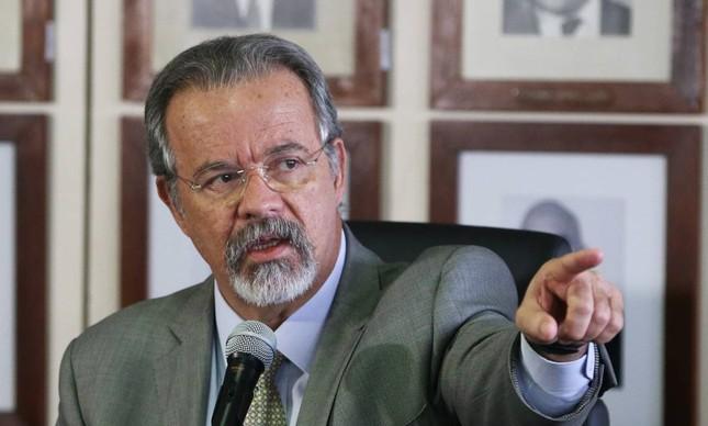 O ex-ministro da Defesa Raul Jungmann defende medidas que limitem a participação de militares no governo