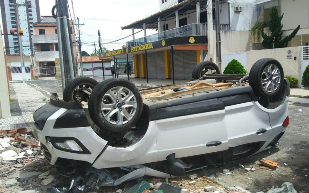 Frente da garagem do apart hotel foi isolada, mas a rua não precisou ser interditada por conta do acidente — Foto: Madalena Braga/TV Subaé