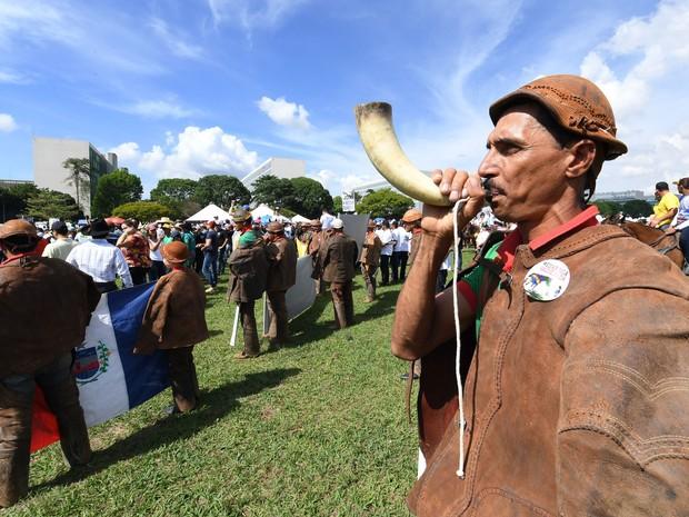 Um vaqueiro toca um berrante durante protesto em frente ao Congresso Nacional, em Brasília, contra a proibição das vaquejadas pelo Supremo Tribunal Federal (STF) no início do mês (Foto: Evaristo Sá/AFP)