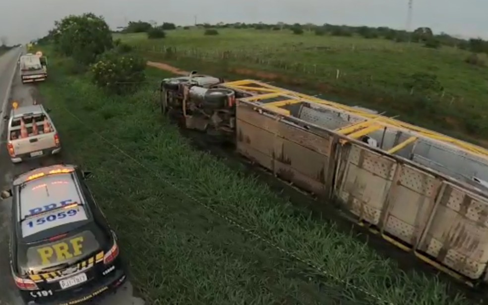 Caminhão cegonha tomba no sudoeste da Bahia e danifica 11 carros que estavam no veículo — Foto: Divulgação/PRF
