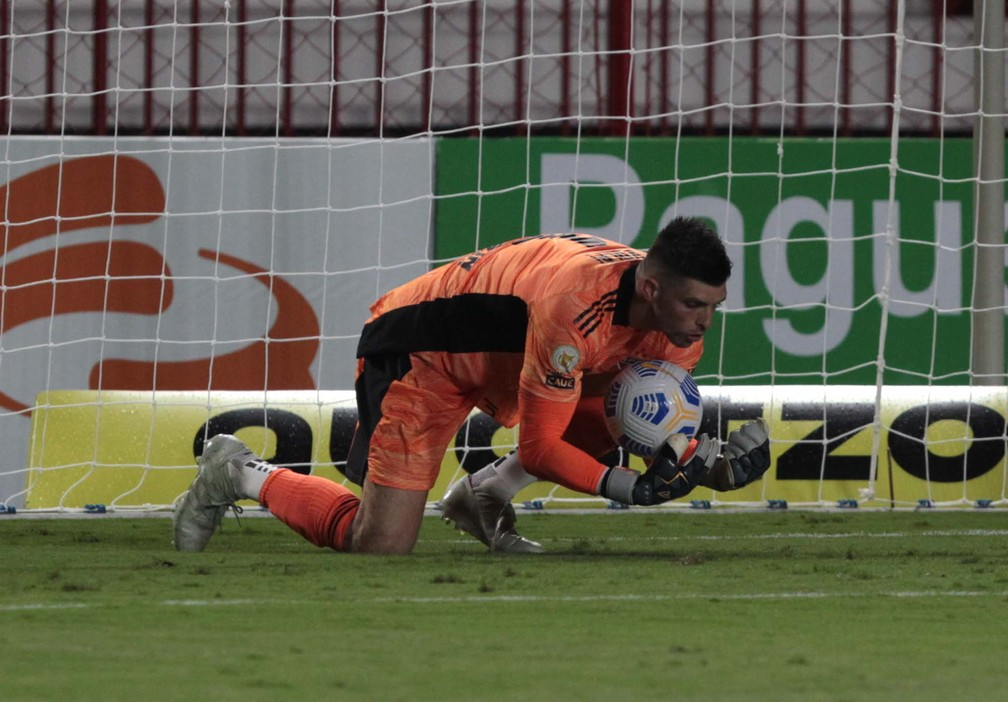 Tiago Volpi sofreu com os pés e caiu na marcação pressão do Atlético-GO — Foto: Rubens Chiri