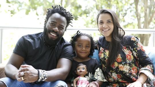 Douglas Silva posa com família e comenta desafio de ser pai: 'Tento sempre ensinar coisas positivas'
