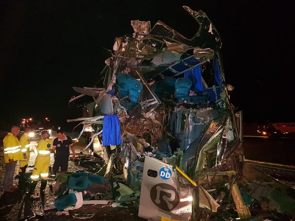Ônibus ficou destruído após colisão com caminhão na Rodovia Anhanguera em São Joaquim da Barra (Foto: Polícia Rodoviária/Divulgação)