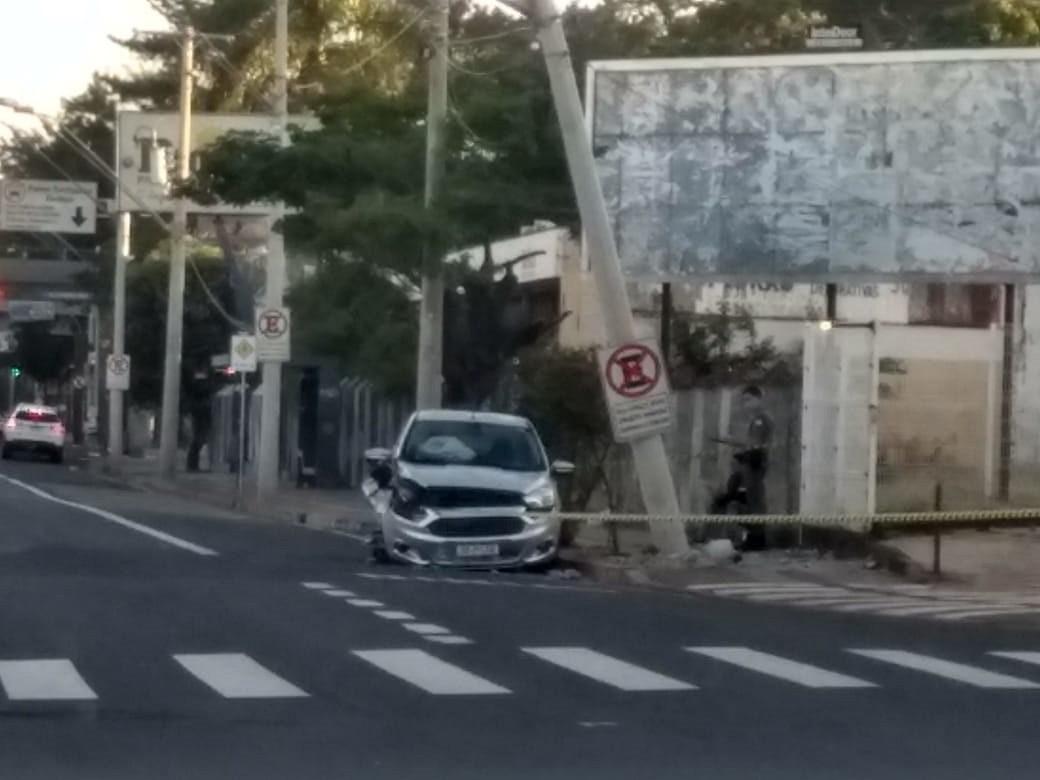 Motorista bate carro em poste e abandona veículo em avenida de Rio Preto