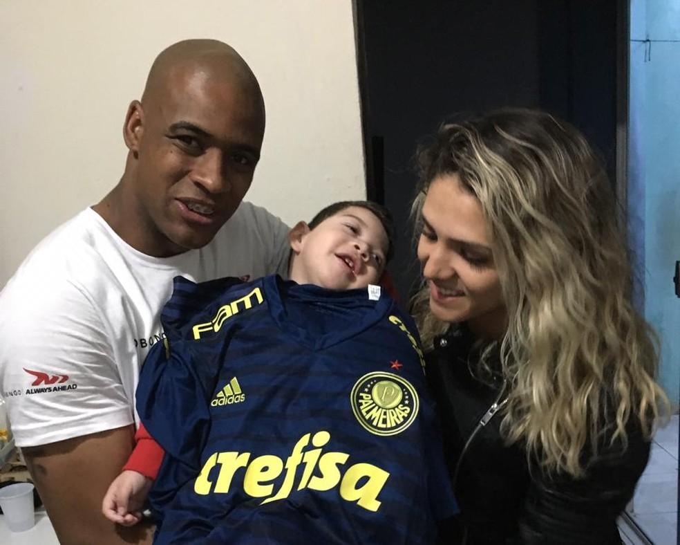 Jaílson e a esposa foram na casa de Enzo para conhece-lo e doar uma camiseta do Palmeiras — Foto: Divulgação / Arquivo pessoal