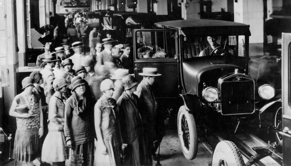 Começam a ser montados os primeiros carros no Brasil. Muita gente aparecia interessada em acompanhar de perto a construção de um automóvel. E isso podia ser feito no prédio da Ford na Rua Solon, no bairro do Bom Retiro, Zona Central de São Paulo. Foto de 1921 — Foto: Estadão Conteúdo/Arquivo