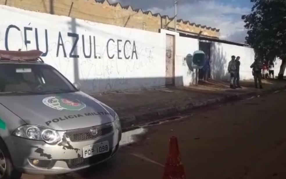 Polícia Militar isolou a entrada da escola Céu Azul após coordenador ser morto — Foto: TV Anhanguera/Reprodução