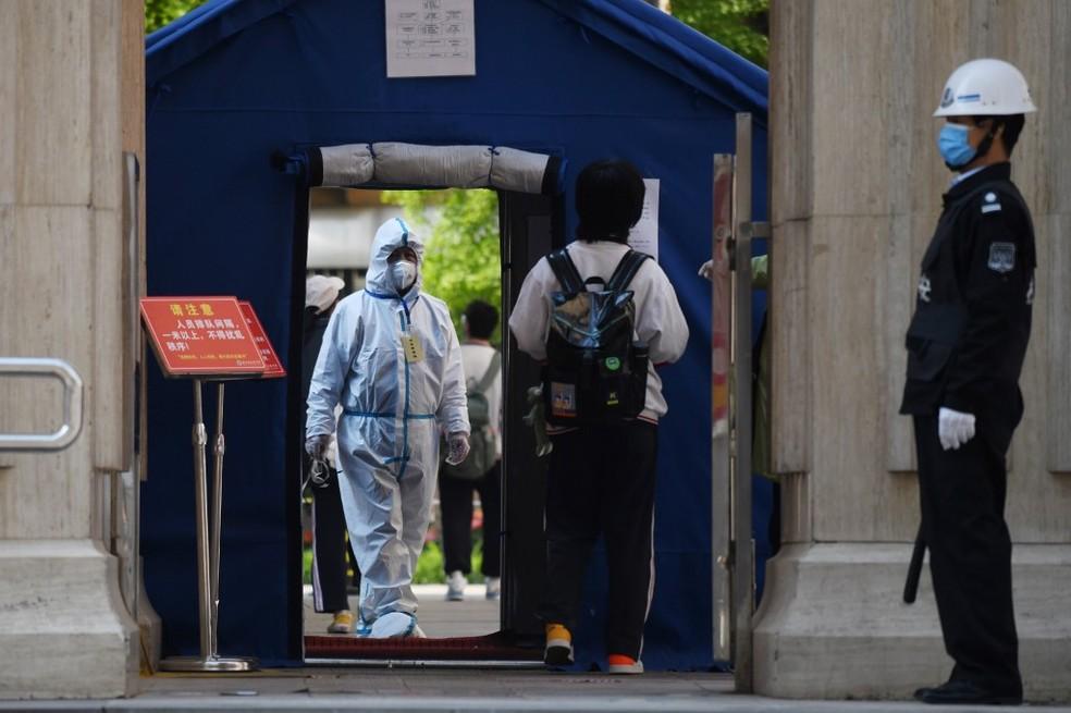 China tem volta às aulas do ensino médio com medidas de segurança e medo do coronavírus. — Foto: GREG BAKER / AFP