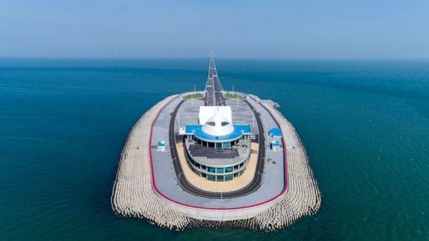 Uma das duas ilhas artificiais que foram construídas como parte do bilionário projeto de infraestrutura (Foto: Getty Images via BBC News Brasil)