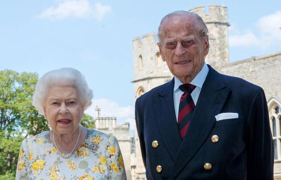 A rainha Elizabeth II e o príncipe Philip, duque de Edimburgo, posam para foto no Castelo de Windsor em 6 de junho de 2020 — Foto: Pool via Reuters