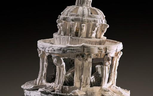 Designer explora os ciclos de vida da arquitetura com peças de cerâmica e argila
