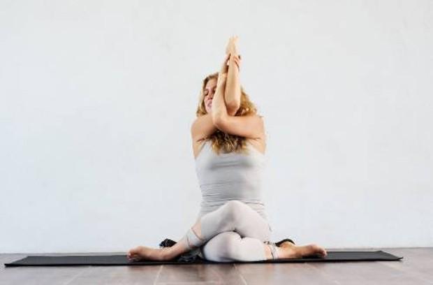 Poses de yoga que ajudam a diminuir os níveis de ansiedade (Foto: Thyroid Yoga/ Reprodução)