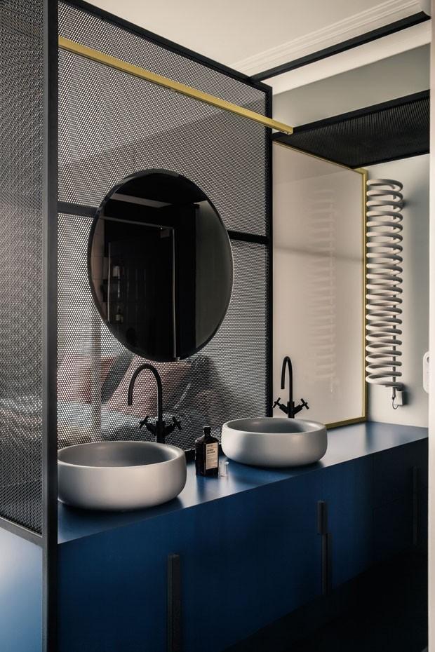 Décor do dia: banheiro integrado com toques de dourado (Foto: KAREL BALAS/ DIVULGAÇÃO)