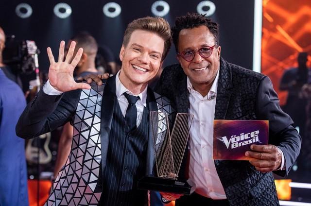 Michel Teló posa com o vencedor do 'The voice Brasil' Tony Gordon (Foto: Reprodução)